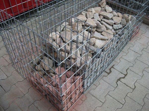 Auffuellen-der-Gabionenbank-mit-Gabionensteinen