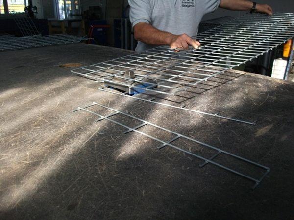 Die-Gabionenmatten-werden-geschnitten