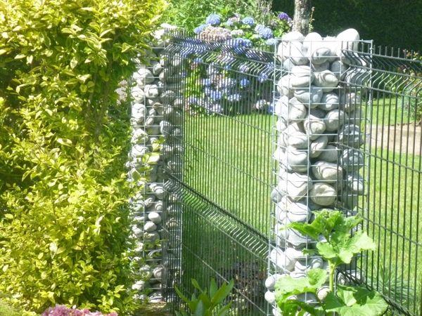 Gabionen-Steins-ulen-als-Gartendekoration